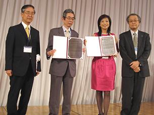 左から、武田大会会頭、矢ヶ崎前会長、Chang NST理事、石田新会長